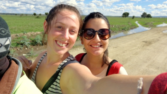 Dividindo a moto com a Julie: melhor viagem até agora, apesar da dor na bunda pela falta de asfaltamento