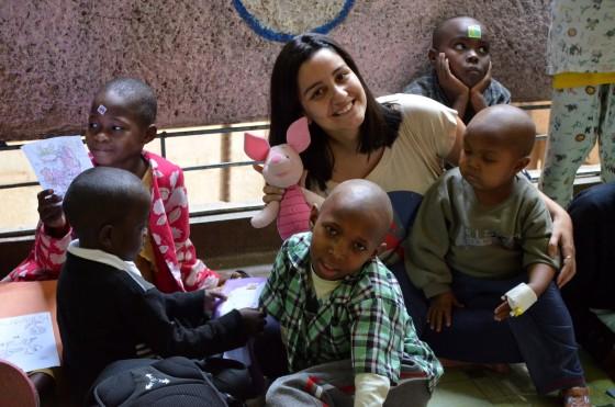 Com os pequenos todos felizes mostrando os brinquedos que ganharam