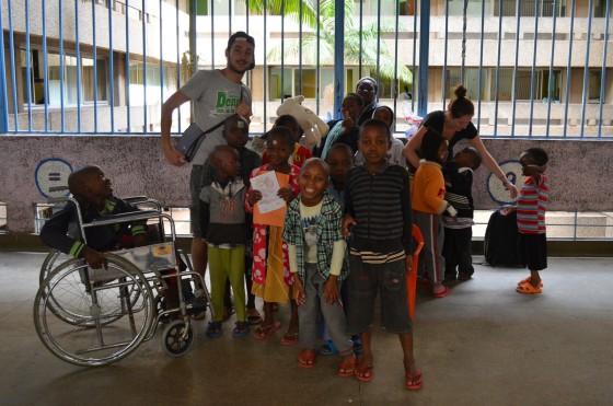 Crianças com a Julie e David, intercambistas que foram comigo brincar com eles