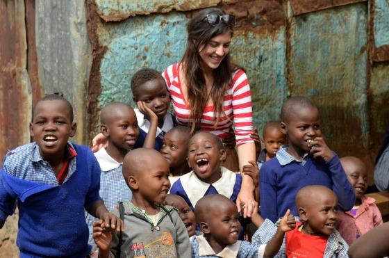 Mara, a grega que fez o projeto, com as crianças