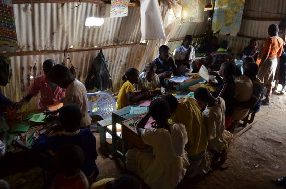 As salas de aula são assim: luz só pelos buraquinhos na parede